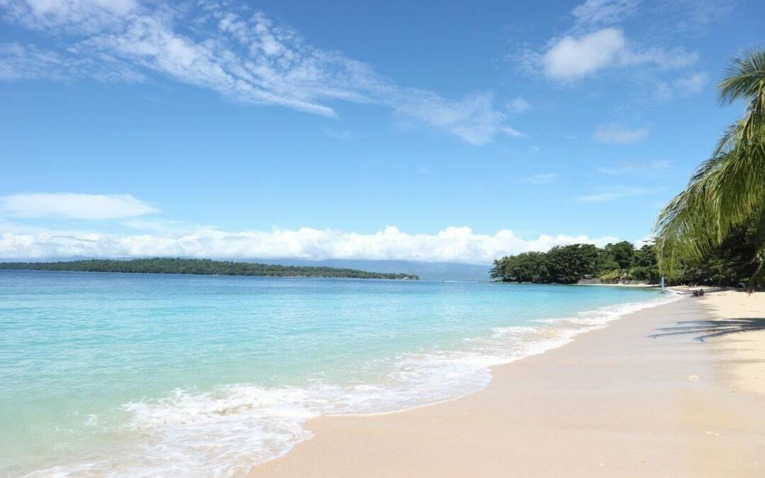 Banyaknya wisata Papua yang belum diketahui:  Pantai Pasir Putih Manokwari salah satu wisata Papua yang layak dikunjungi
